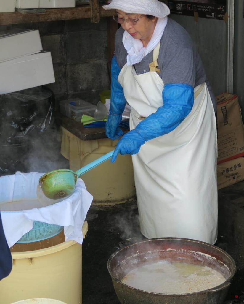 シエ炊きは沸かした後、丁寧に濾して黄金色の液体に