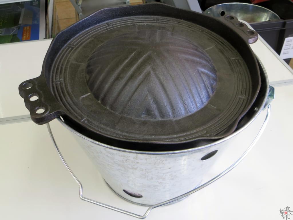 岩手・遠野ではバケツに炭を入れて羊肉を焼く