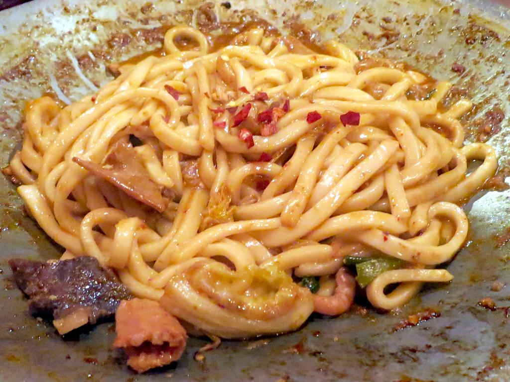 シメは残った汁でうどんやちゃんぽん麺を炒める