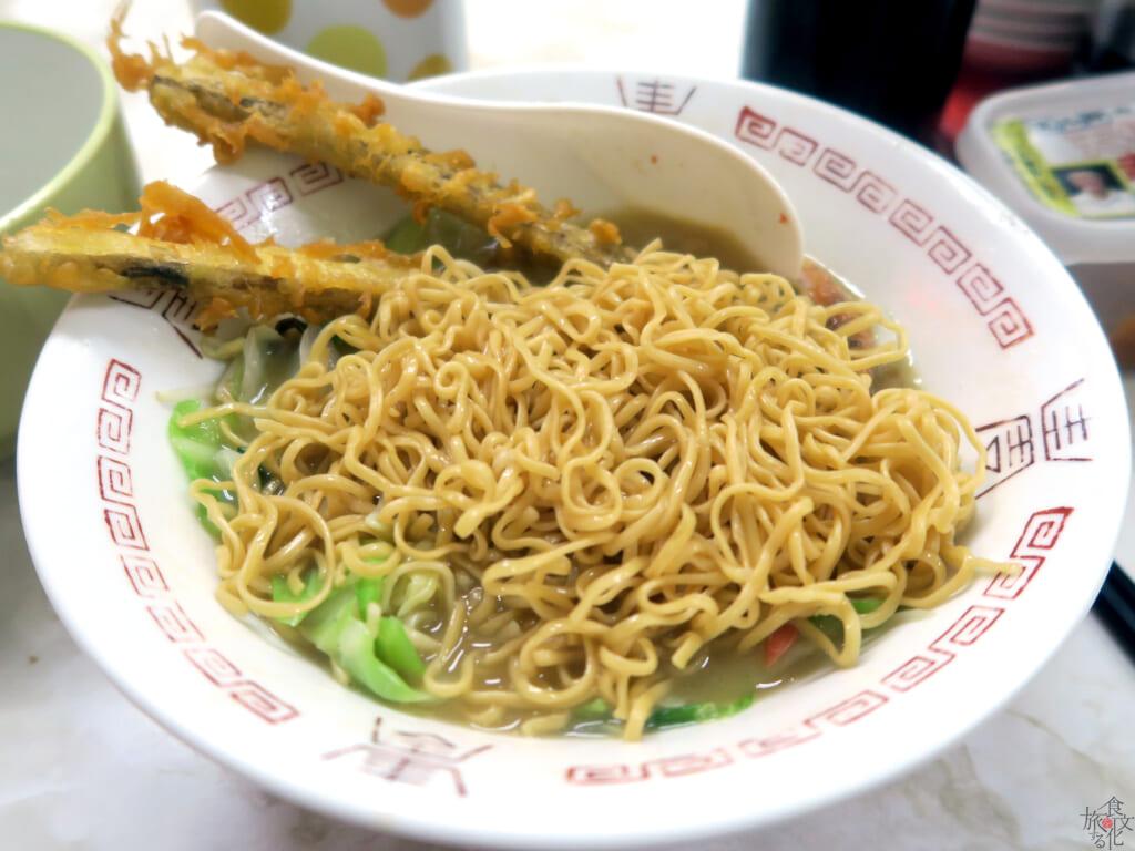 茶色い蒸し麺は福岡県らしく替え玉も可能