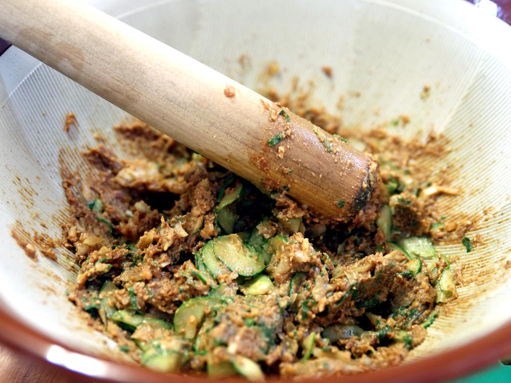 すり鉢でごまをすって味噌と合わせ野菜を入れる