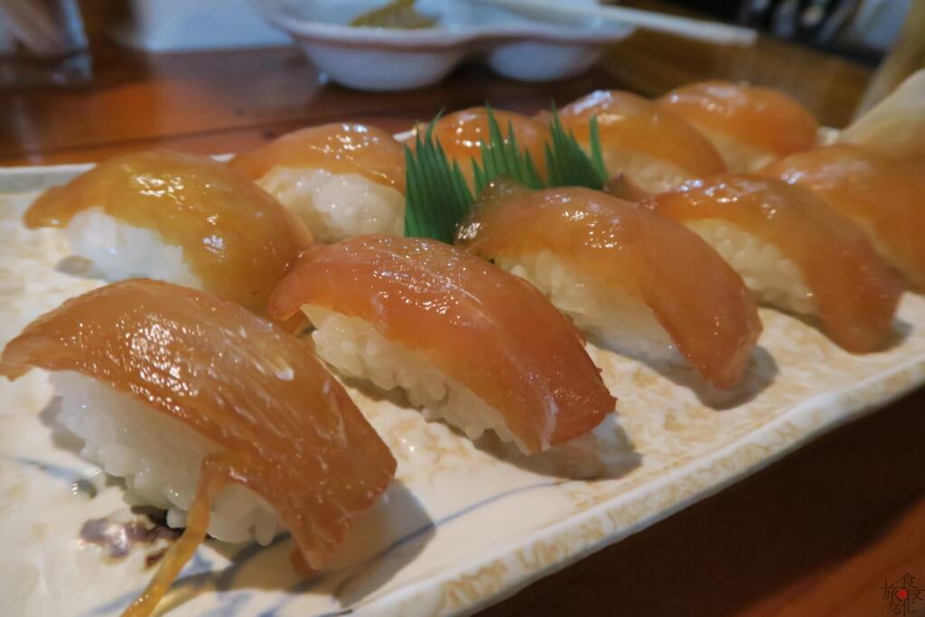 幻となったお弁当にはさかなの漬けや海ブドウなども(写真は漬けを使った大東寿司)