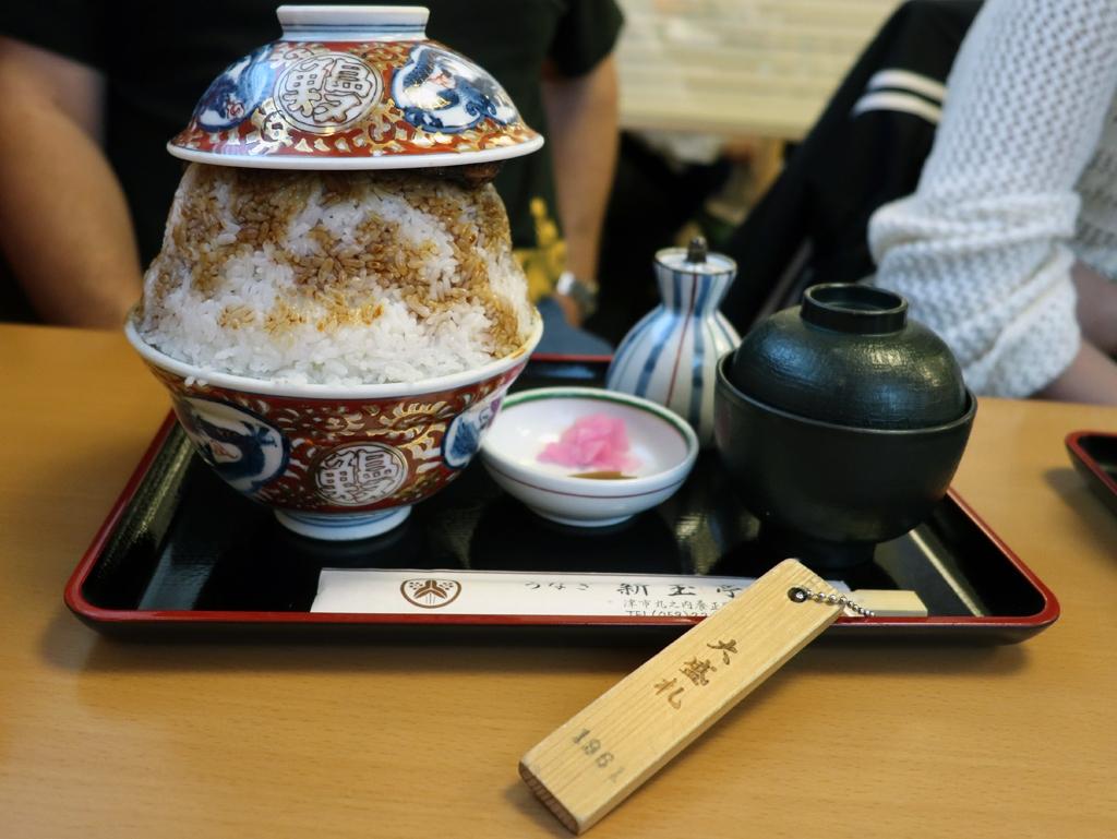 津「新玉亭」の大盛り 一度中盛りを食べ切り手前の大盛札を取得してからでないと注文できない