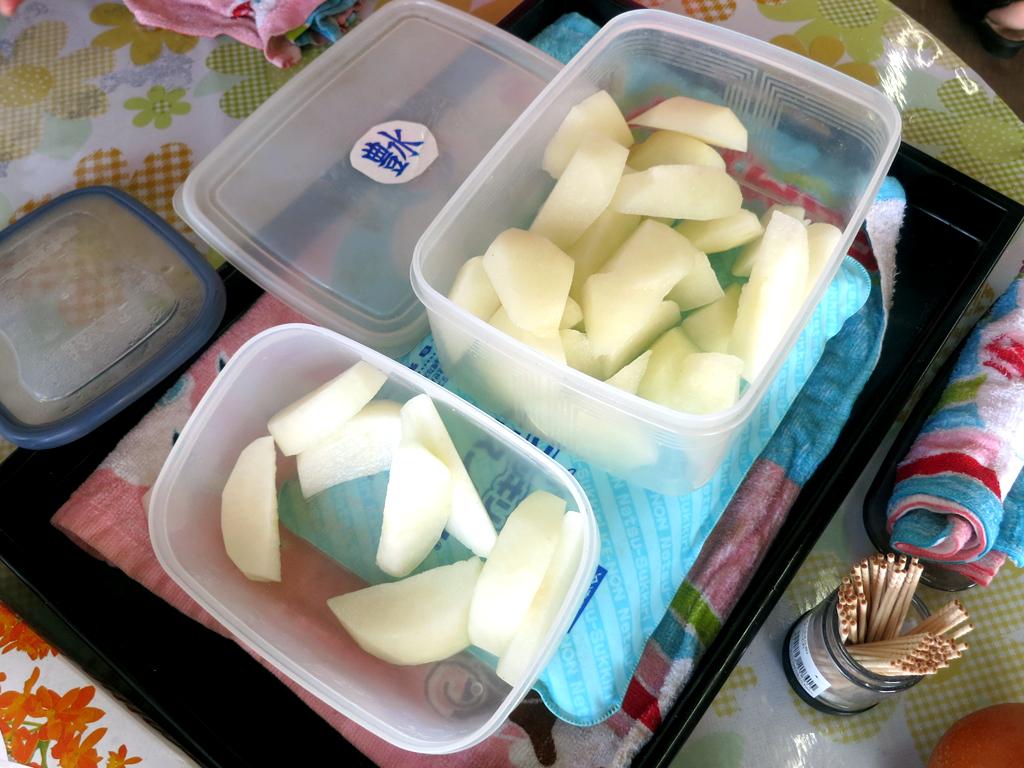 キンキンに冷えた梨をその場で試食