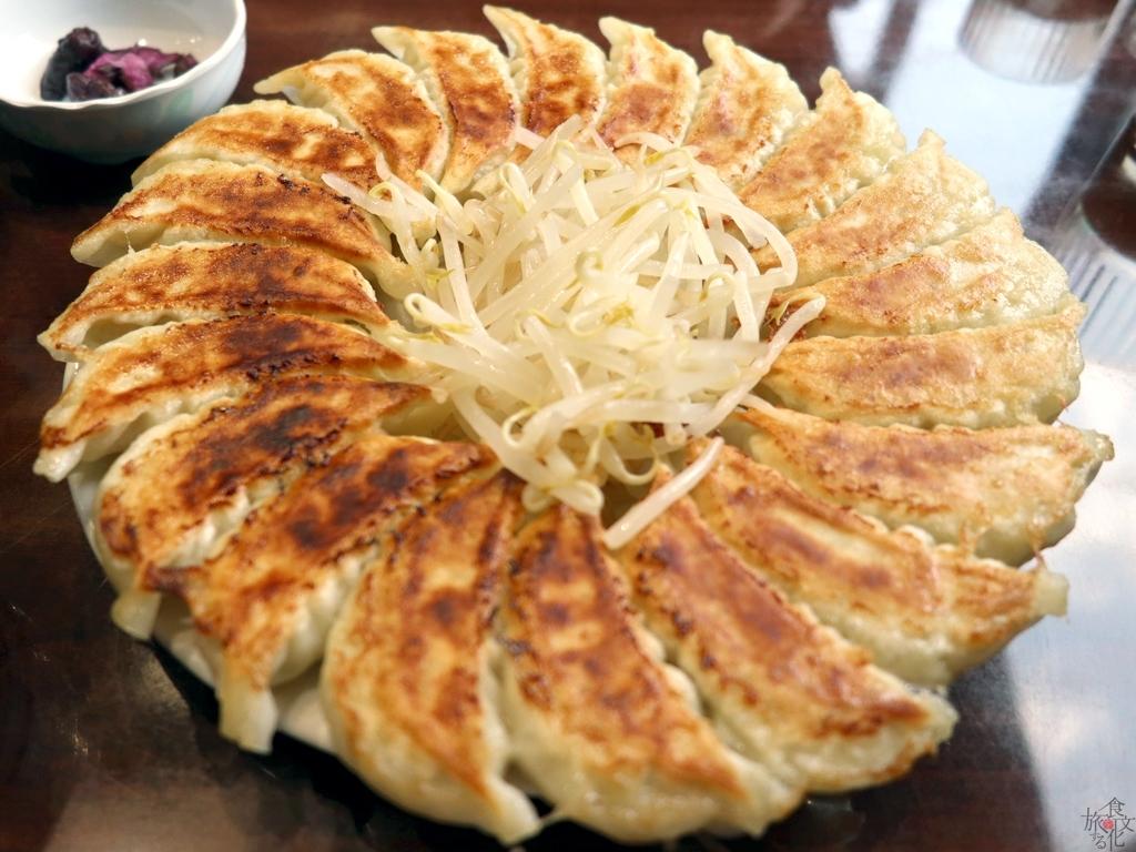 フライパンで餃子を焼き、中央にモヤシを盛る浜松餃子