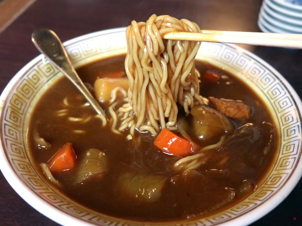 スープはサラサラではなく麺にからむ程度の粘りがある