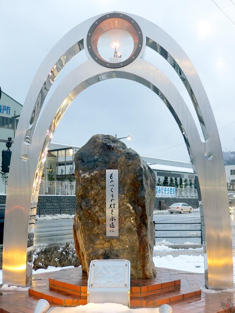 駅前にある近代製鉄発祥150周年の記念モニュメント