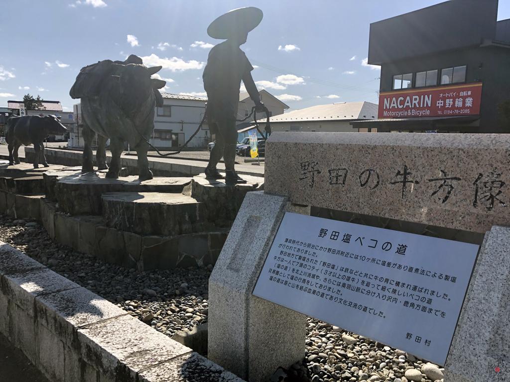 三陸鉄道陸中野田駅前には塩を運んだ牛と牛追いの銅像がある