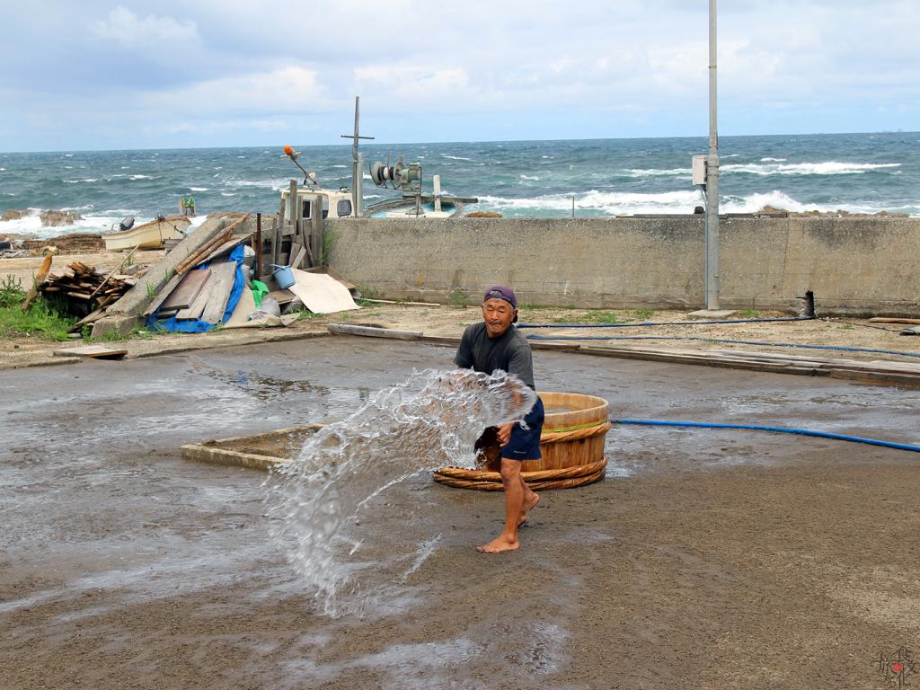 海からくみ上げた水を撒く