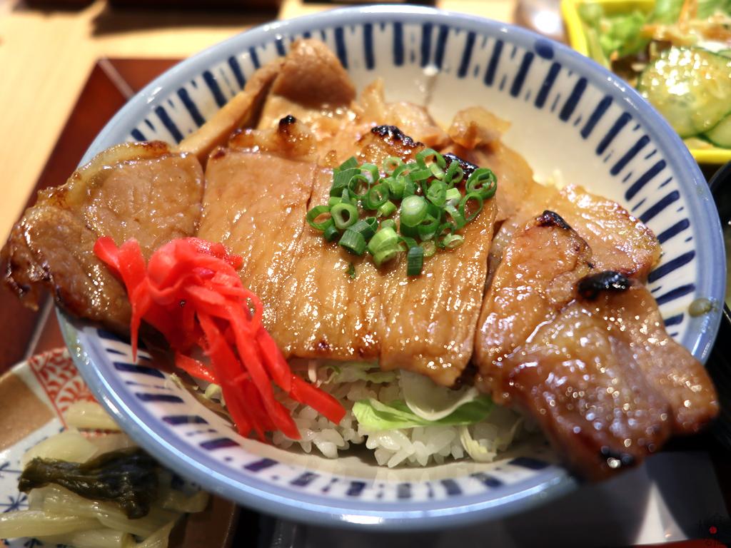 ロース肉のみの「新世界」の「せかい豚味噌丼」