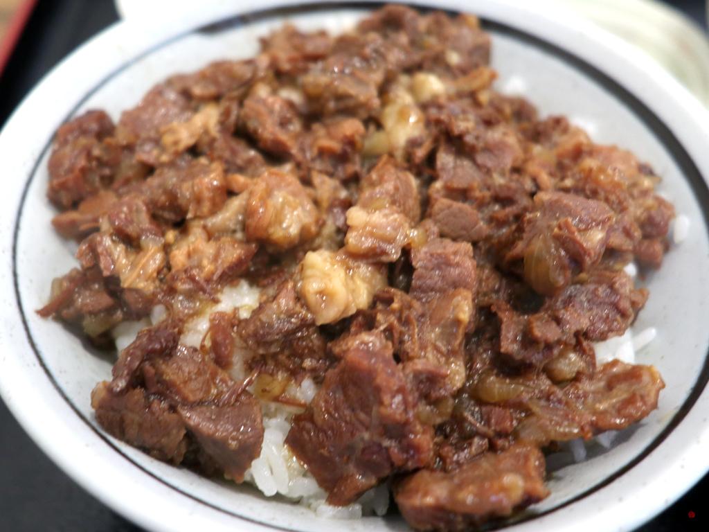 煮込んだ馬肉がご飯の上にのった肉めし