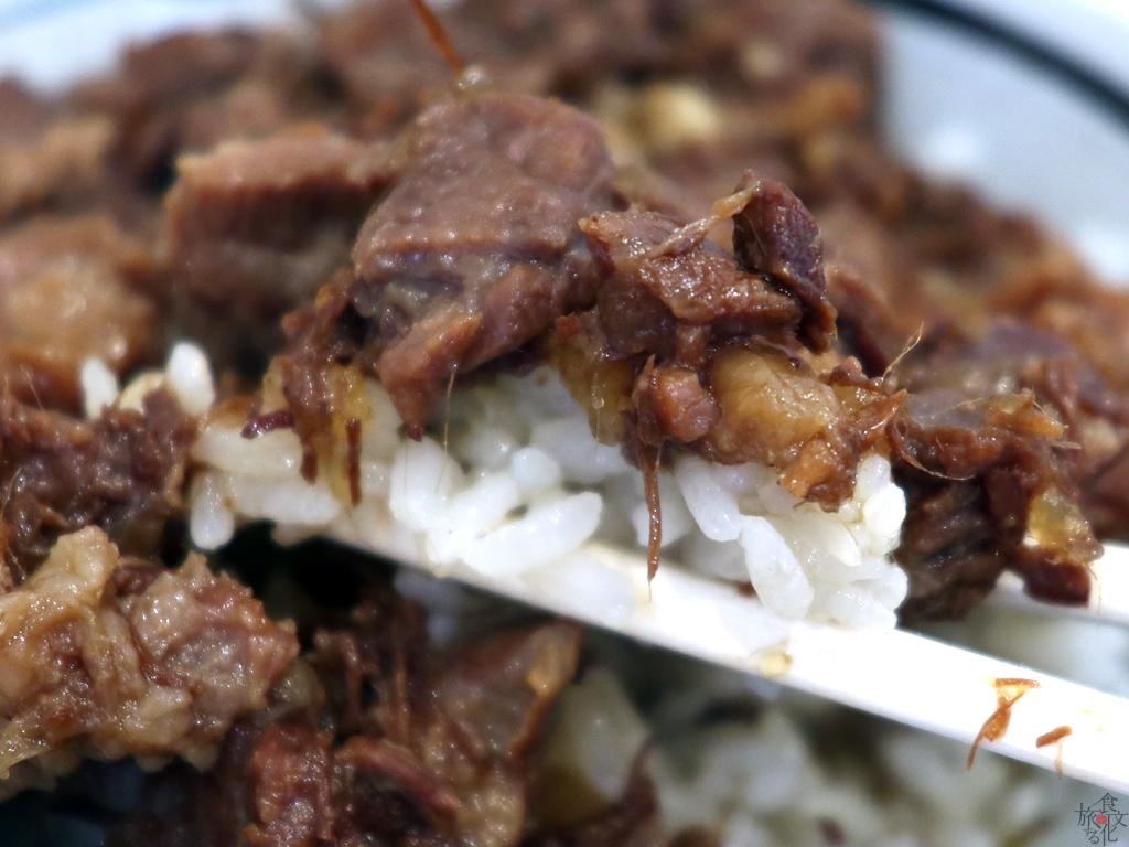 箸でつまむと肉の繊維がほどけるほど軟らかい