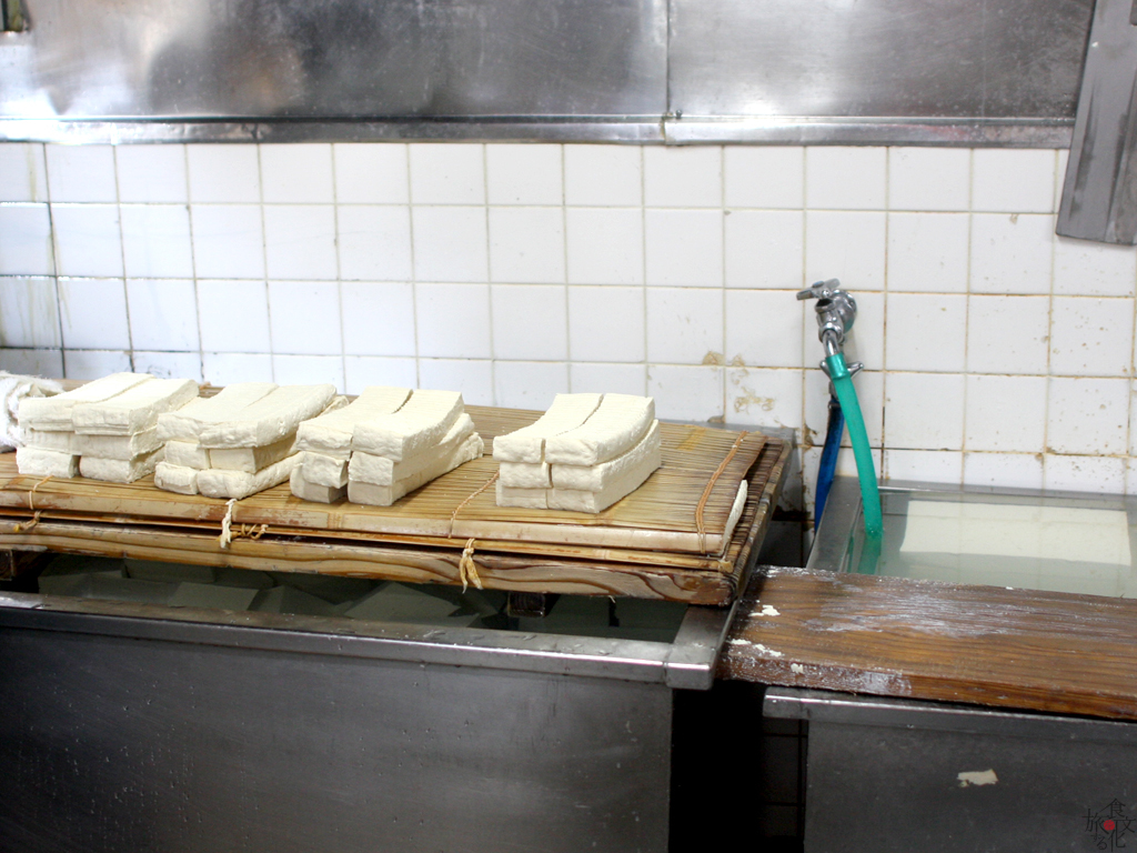 豆腐をあぶらげ大に切っていく