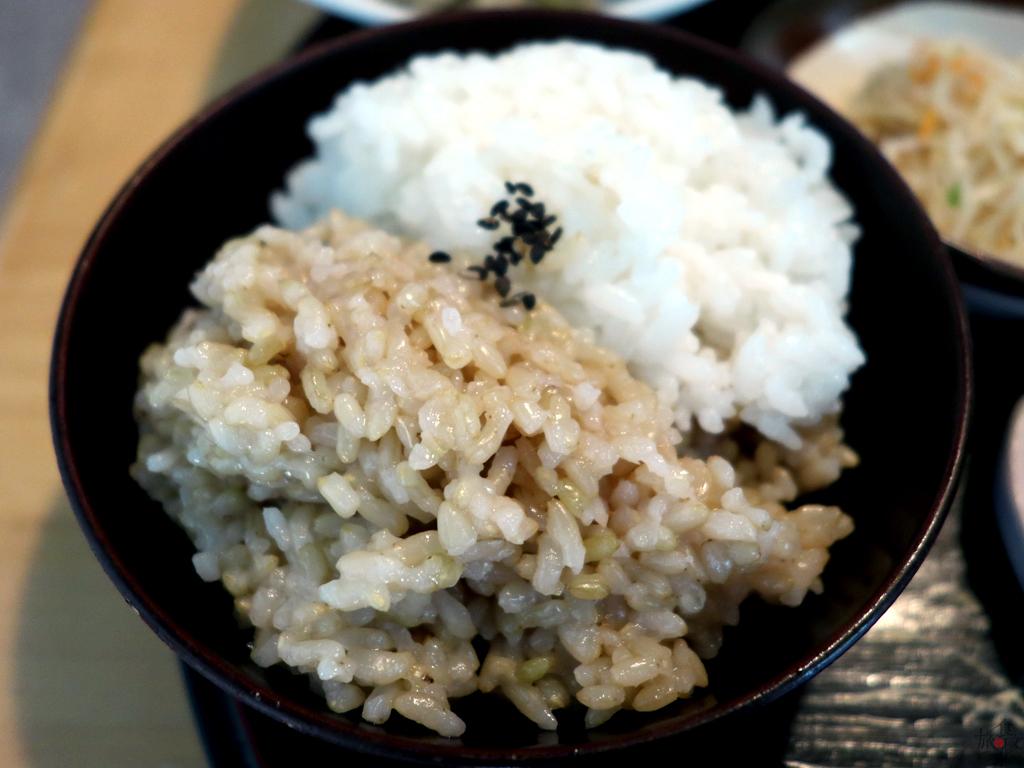 ご飯はひとめぼれの白米と玄米の合い盛り